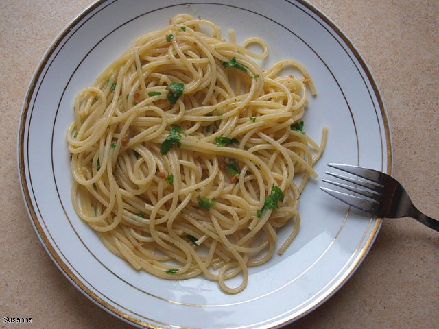 Szybkie spaghetti z oliwą z oliwek, czosnkiem i pietruszką