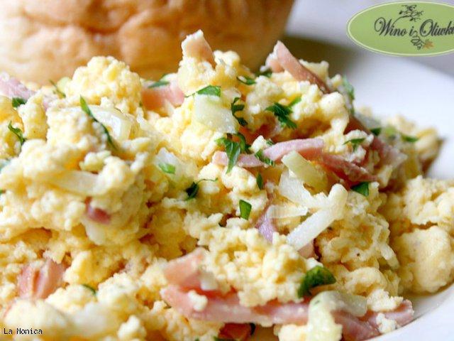 Kremowa jajecznica z szynką