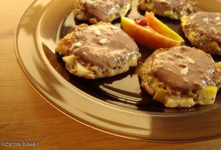 Placki owsiane z jabłkami i polewą czekoladową-jagurtową