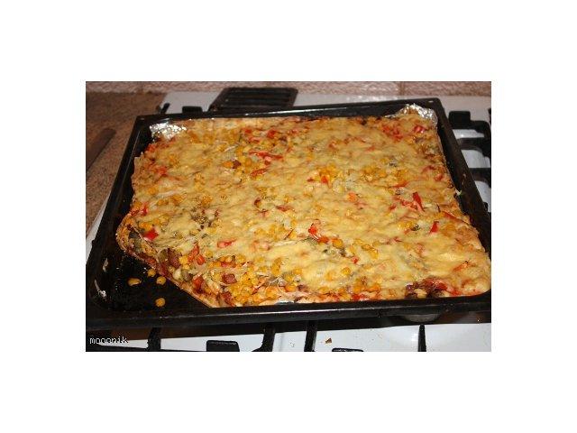 Domowa pizza mieszana widelcem