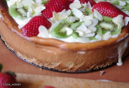 Sernik z białą czekoladą i owocami