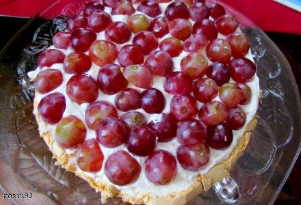 Torcik bezowy z winogronami i nutką amaretto