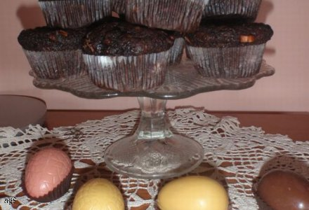 Wielkanocne czekoladowe babki z bananami i kawałkami czekolady