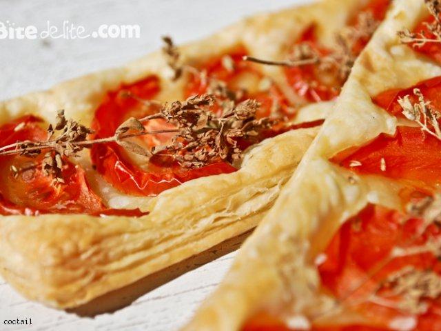 Włoskie pomidory i suszone oregano na francuskim cieście