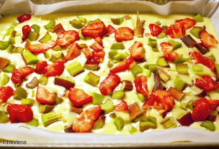 Placek na maślance z rabarbarem, truskawkami i kruszonką