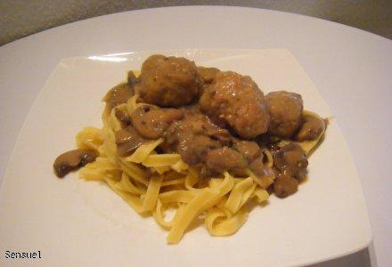 Kotleciki mielone w sosie pieczarkowym z makaronem - pomysł na obiad