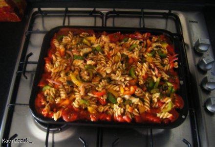 Zapiekanka z kurczakiem, warzywami i parmezanem