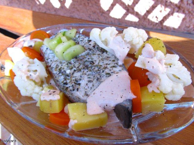 Zagadkowy łosoś na parze z warzywami (video)