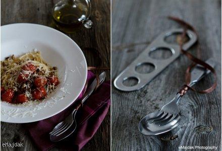Spaghetti z karmelizowaną cebulą i smażonymi pomidorami