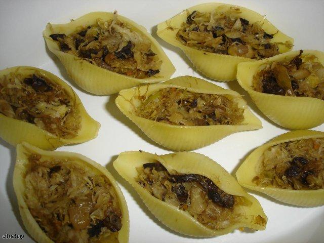 Makaronowe muszelki nadziewane kapustą z grzybami