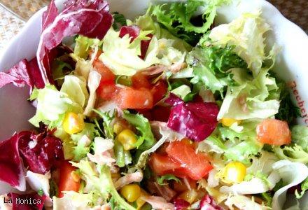 Mix Salat Z Tunczykiem Kukurydza Pomidorem I Rumianym Pieczywem