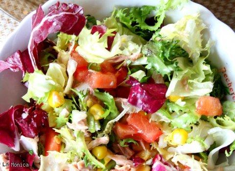 Mix sałat z tuńczykiem, kukurydzą, pomidorem i rumianym pieczywem