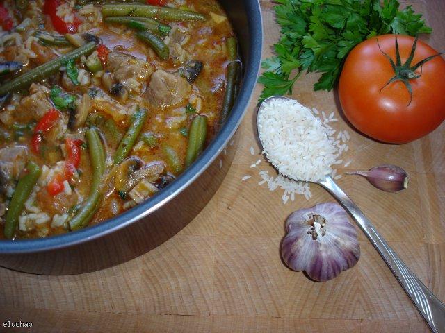 Garnek pełen ryżu i warzyw