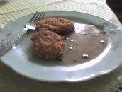 Kotleciki ryżowe z serem i marchewką w sosie pieczarkowym