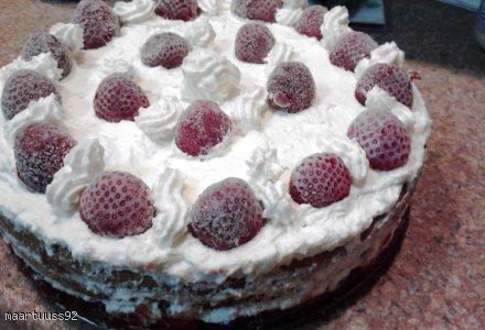 Tort śmietanowo-malinowy z kremem