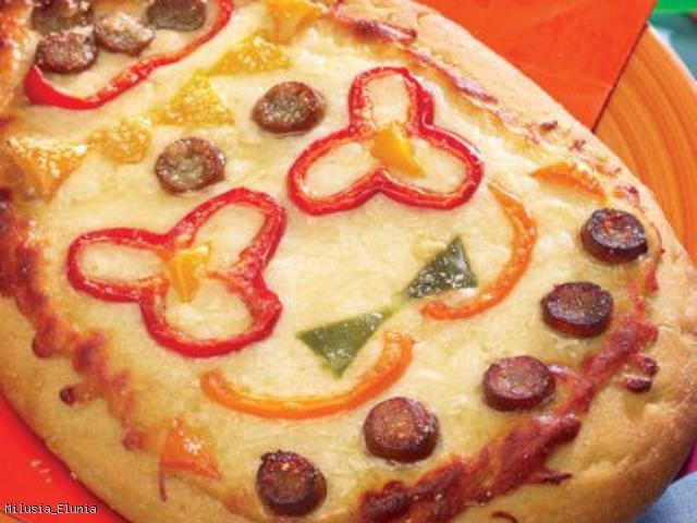 Wielkanocna pizza w kształcie pisanki