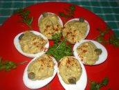 Jajka faszerowane bazyliowym pesto z kaparami i chili