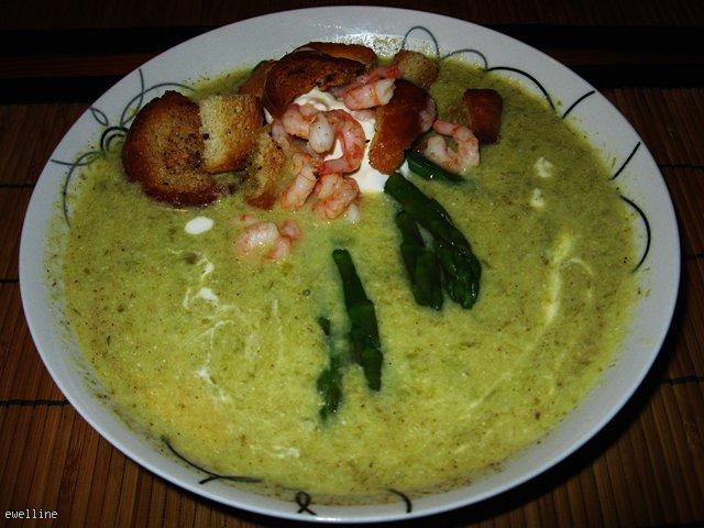 Kremowa zupa z zielonych szparagów z krewetkami