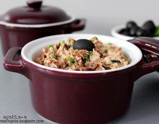 Pasta z tuńczyka z oliwkami i suszonymi pomidorami