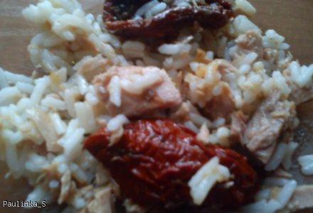 Sałatka ryżowa z tuńczykiem i suszonymi pomidorami