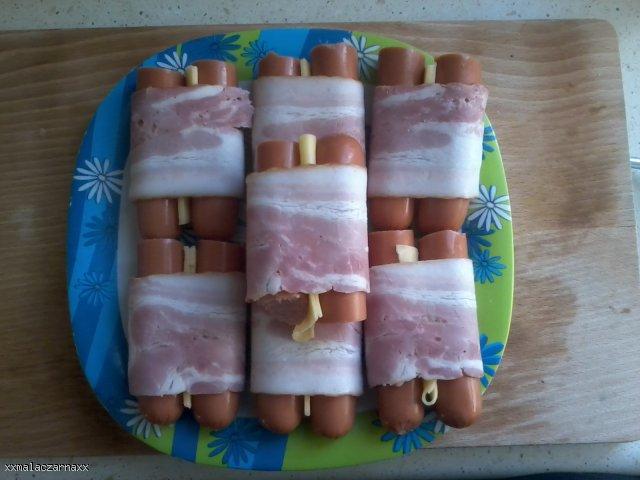 Parówki z boczkiem i serem w cieście naleśnikowym.
