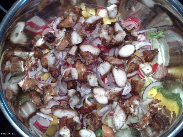 Sałata z grillowanym kurczakiem i ziarnami
