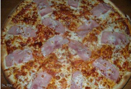 Pyszna pizza Capriciosa - ser, szynka, pieczarki, sos, oregano