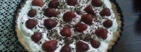 Tarta z bitą śmietaną i owocami