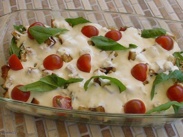 Sałatka ze szpinakiem, boczkiem, pomidorami suszonymi