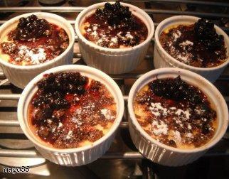 Francuskie crème brûlée z jagodami.