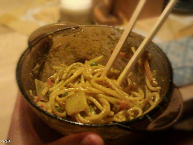 Makaron po azjatycku z sosem orzechowym