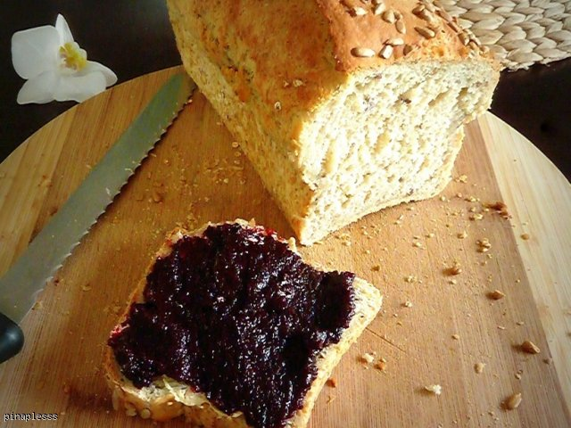 Chleb z płatkami owsianymi i ziarnami