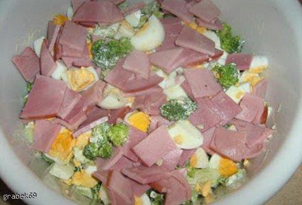 Sałatka brokułowa z wędzoną szynką