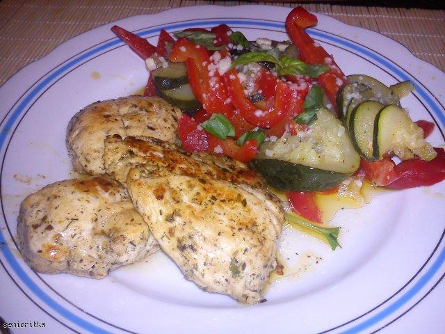 Pierś kurczaka w ziołach z sałatką z papryki i cukinii