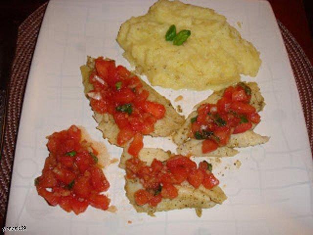 Sola z pomidorową salsą na puree ziemniaczanym