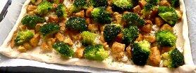 Francuska tarta z kurczakiem curry, brokułem i mozzarellą
