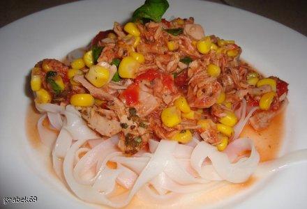 Makaron z tuńczykiem, bazylią i kukurydzą.