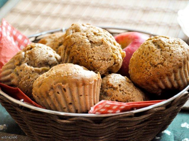 Pełnoziarniste muffinki (babeczki) z jabłkami i posypką cukrową