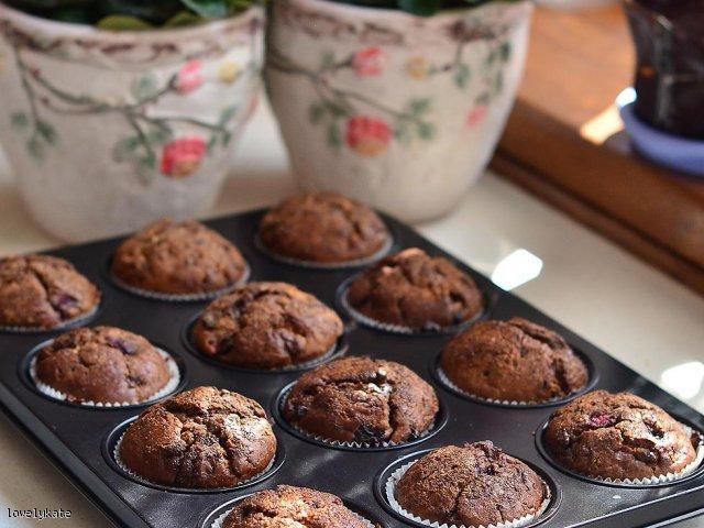 Muffiny z białą, mleczną czekoladą i wiśniami