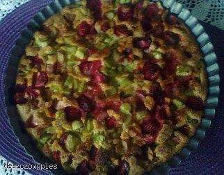 Placek z rabarbarem i truskawkami