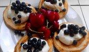 Serowe placuszki z sezonowymi owocami