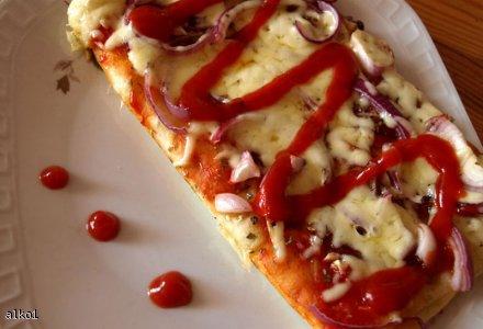 Pizza   ciasto jak w DaGrasso    z salami i cebulą