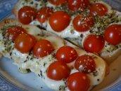 Bruschetta z mozarellą i pomidorkami koktajlowymi