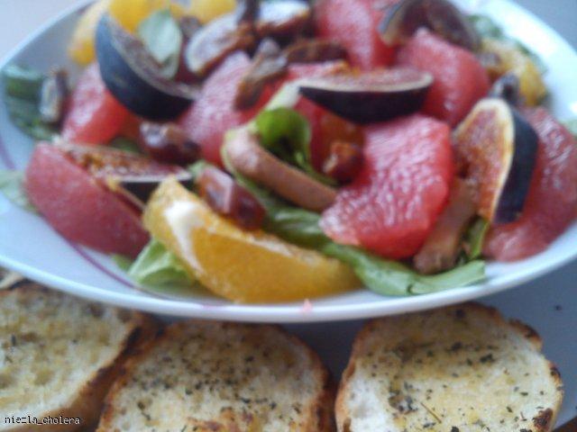 Sałatka z cytrusami i kurczakiem z sosem miodowo-musztardowym