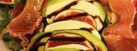 Figi z avocado, mozzarellą i szynką parmeńską