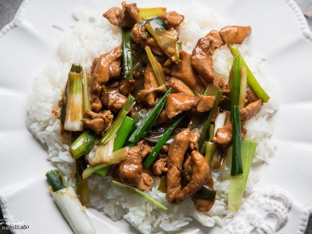 Kurczak po tajsku z zieloną cebulką