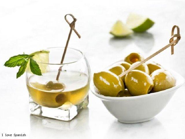 Karaibski koktajl z dodatkiem hiszpańskich zielonych oliwek