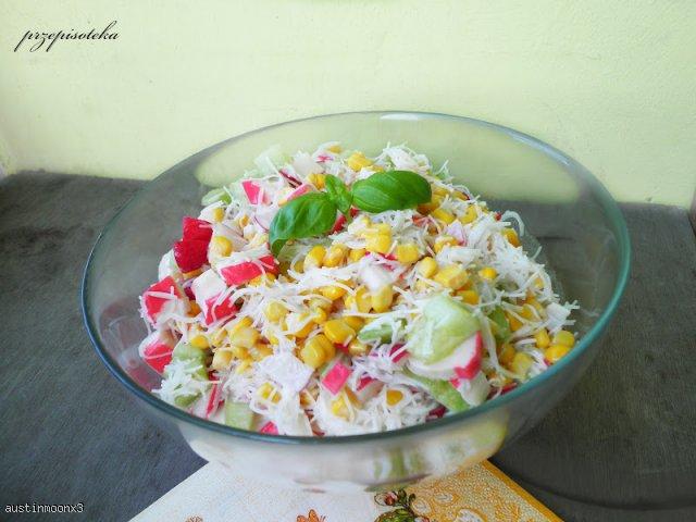 Smaczna, zdrowa, kolorowa sałatka z surimi