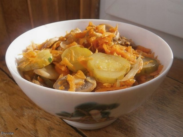 Bigos bez kaputy (pieczarkowo-marchwiowy z ogórkami kiszonymi)