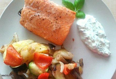 Łosoś z warzywami i dipem jogurtowo-ziołowym. Zdrowie na talerzu!